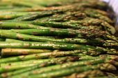 HOW TO MAKE PERFECTLY ROASTED GARLIC ASPARAGUS